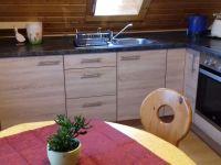 wohnkueche-mit-essbereich-und-ausziehbarem-schlafsofa